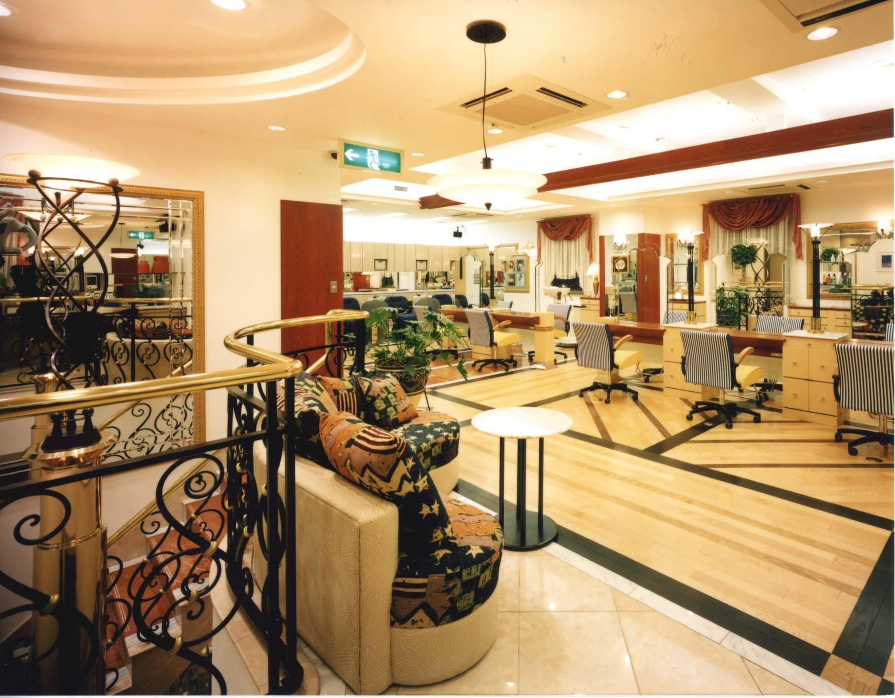 名古屋、三重に8店舗展開。 幅広い年代のお客さまと、SC内出店による集客力が強みです。
