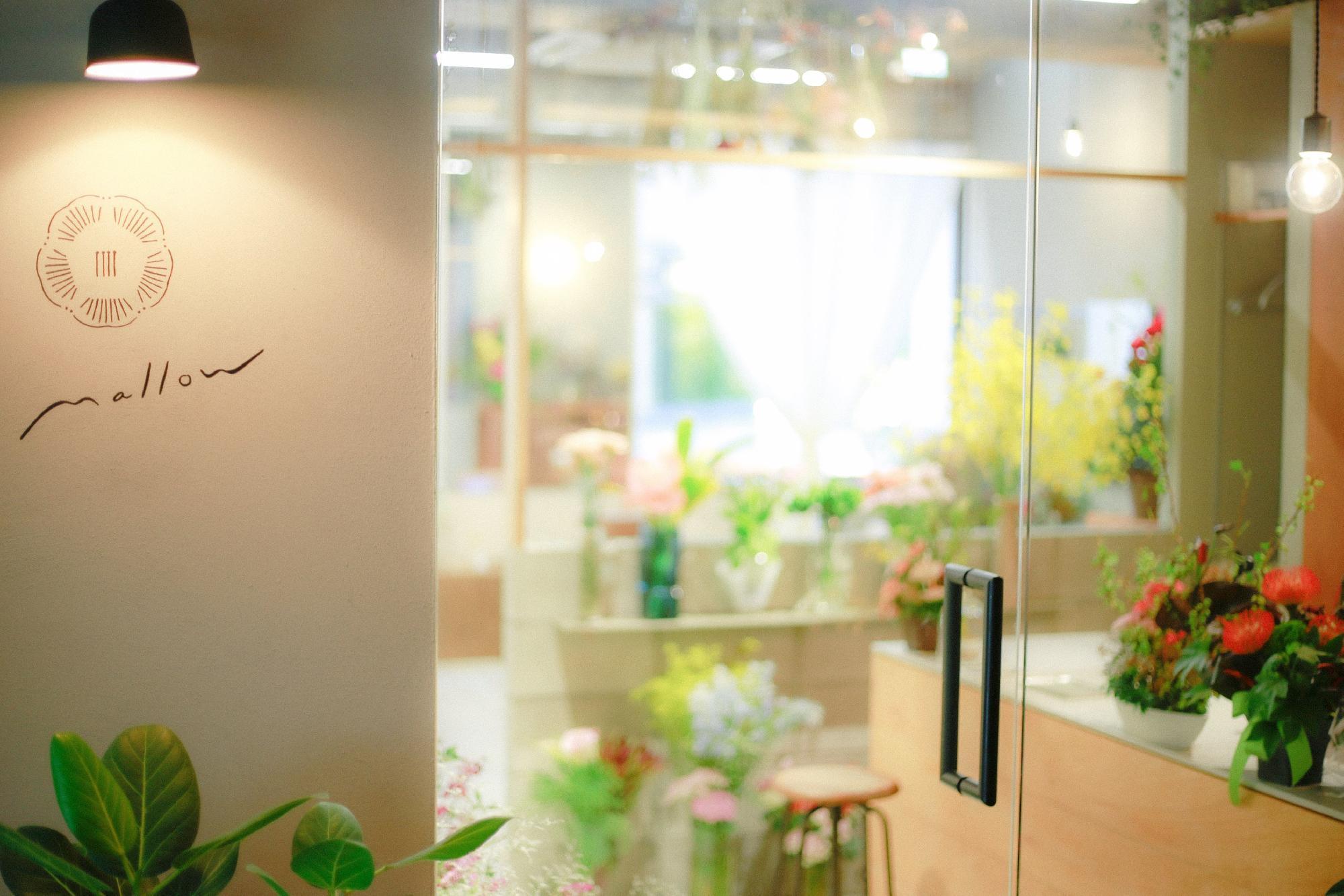 光が差し込み店内はとても綺麗で引き込まれます! 受付フロアがお花屋さんになっています!